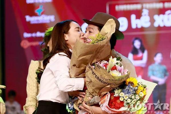 Cách đó không lâu trong liveshow 10 năm làm nghệ thuật của mình, Trường Giang hạnh phúc khi Nhã Phương lên tận sân khấu dành cho anh nụ hôn thật tình cảm.