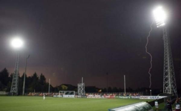 Rất nhiều nguy hiểm ẩn chứa khi các trận đấu diễn ra dưới thời tiết xấu.