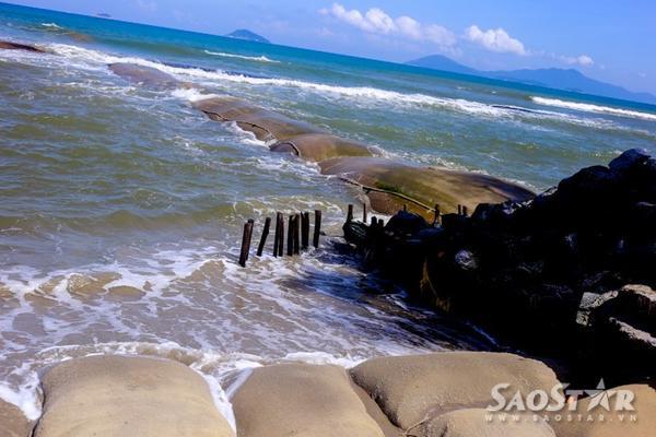 Nhưng bao cát khổng lồ được đưa xuống biển.