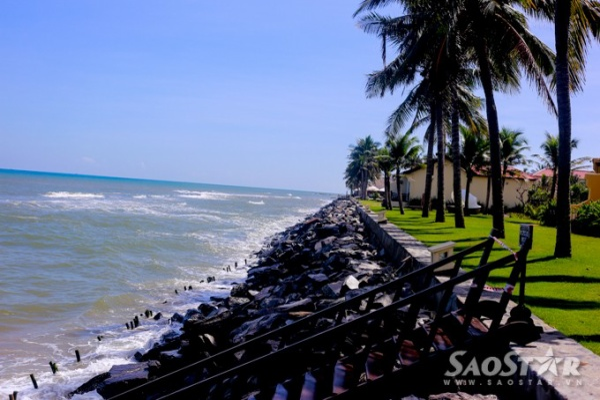 Các resort đã tự bỏ chi phí đầu từ kè đá nhưng phương án này được cho là thiếu hiệu quả khi mùa bão lũ đang đến gần.