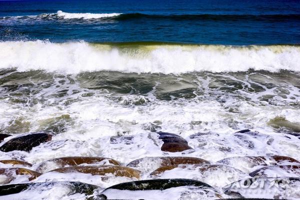 Các kè mềm bằng bao cát luôn bị những cơn sóng lớn bao phủ và cuốn đi.