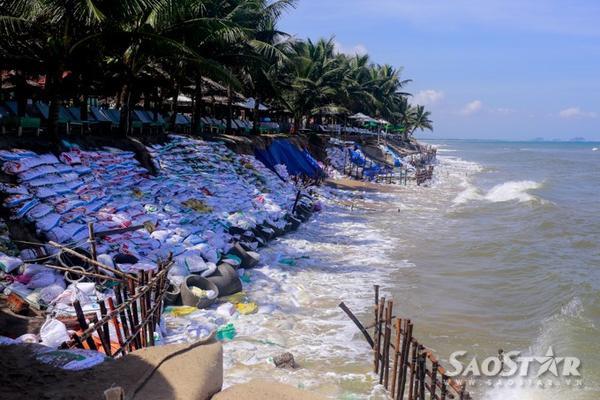 Tp.Hội An phải chi thêm một số tiền lớn để thực hiện kè mềm tạm thời. Nếu không thực hiện kè mềm cho đoạn bờ biển này thì sau mùa mưa hậu quả sẽ rất khó khắc phục.