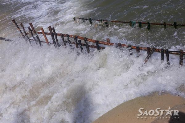 """Những cọc gỗ như thế này trở nên quá """"yếu đuối"""" đối với những cơn sóng mạnh đập vào."""