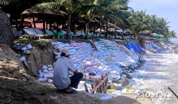 Hàng loạt nhà hàng đang bị đe dọa bởi việc sạt lở khi mà việc kè bằng bao cát, đóng cọc chả thấm vào đâu.