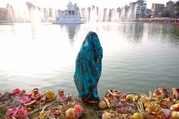 gười sùng đạo Nepal đứng cầu nguyện trước hoàng hôn tại hồ nước Ranipoki trong tuần diễn ra lễ hội Chhath tại Kathmandu, Nepal. Lễ hội này là để tôn vinh Surya, vị thần mặt trời trong truyền thuyết Hindu giáo. Trong 4 ngày diễn ra lễ hội, những người phụ nữ sẽ tắm mình trong dòng nước, đồng thời cầu xin mặt trời hãy ban phát sự no ấm.