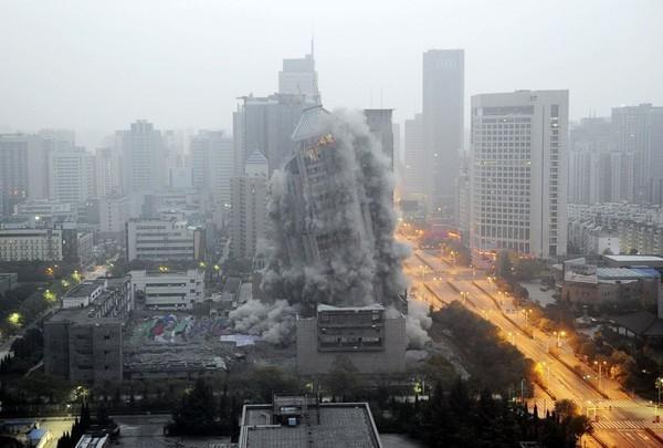 Tòa nhà cao tầng bị đánh sập trong chiến dịch giải tỏa cao ốc cũ, nhường chỗ cho một khu trung tâm thương mại mới ở thành phố Tây An, Trung Quốc. Tòa nhà này cao 118m và phải mất tới 1.4 tấn chất nổ mới có thể phá hủy tòa kiến trúc được coi là cao nhất Trung Quốc hiện giờ.