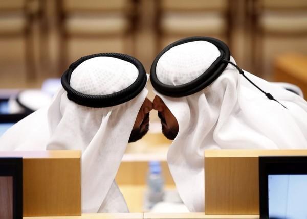 Nụ hôn truyền thống giữa hai thành viên mới của Hội đồng liên bang quốc gia các tiểu vương quốc Ả Rập thống nhất trong kì họp mới tại thủ đô Abu Dhabi. Hội đồng 40 thành viên được chỉ định từ 7 tiểu quốc có nhiệm vụ quản lý việc dự thảo các điều luật đối nội.