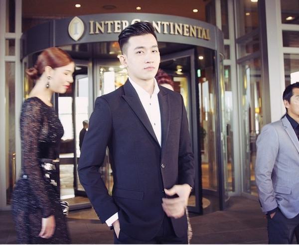 Riêng Võ Cảnh, anh tiếp tụcghi điểm cùng gu thời trang thanh lịch, nam tính trong bộ suit tối màu.