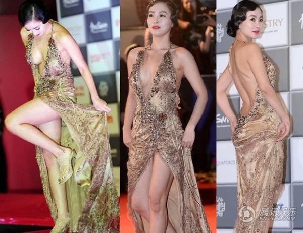"""Diễn viên kiêm ca sĩ Han Soo Ah hút ống kính vì váy khoe đôi gò bồng đảo làm người đối diện """"nhức mắt"""". Cô nàng sinh năm 1987 bị phê bình là lợi dụng bộ đầm xẻ tà quá cao, cố tình tạo tình huống vướng giày cao gót để làm lộ toàn bộ chân và đùi."""