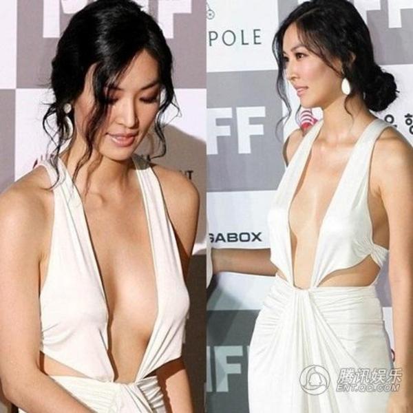 Kim So Yeon và bộ váy hở táo bạo. Cũng nhờ bộ váy ồn ào này, Kim được chú ý hơn sau thời gian dài im ắng.