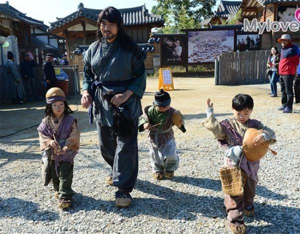 Tài tử Song Il Gook và 3 cậu con trai trên trường quay phim mới.