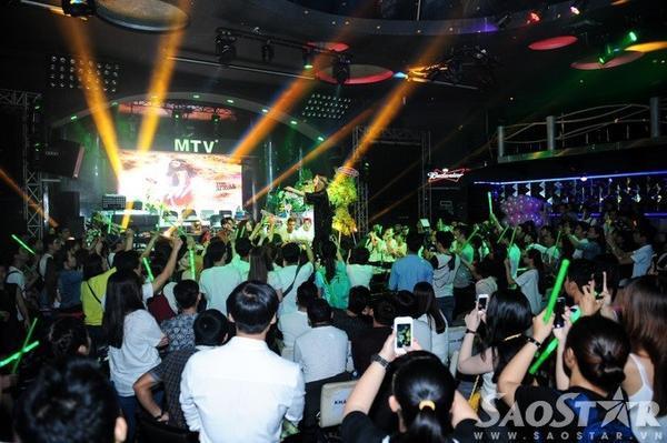Mặc dù trời mưa khá to song hơn 500 khán giả từ nhiều tỉnh thành như TP HCM, Hà Nội, Đà Nẵng, Nha Trang, Cần Thơ… đã đến lấp kín phòng trà MTV để tham dự buổi offline mừng sinh nhật Hồ Ngọc Hà.