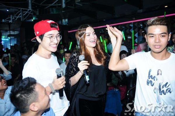 Nhạc sĩ Châu Đăng Khoa - Đỗ Hiếu giữ vai trò MC. Trong chương trình, cả hai có những màn đối đáp vui nhộn cùng chủ nhân buổi tiệc.