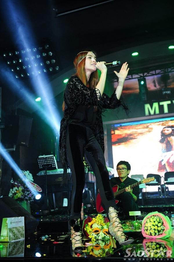 Sau đó, nữ ca sĩ tiếp tục hát tặng mọi người một số bản hit như What Is Love?, Bay theo ngân hà…