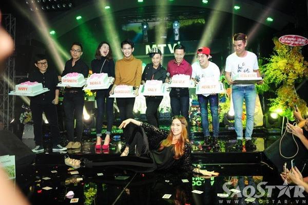 Cựu HLV Giọng hát Việt hào hứng chụp ảnh với món quà đầy bất ngờ trên.