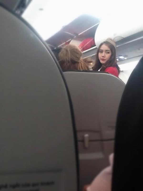 Một cư dân mạng trước đó cũng từng chụp lén cô nàng này trên máy bay.