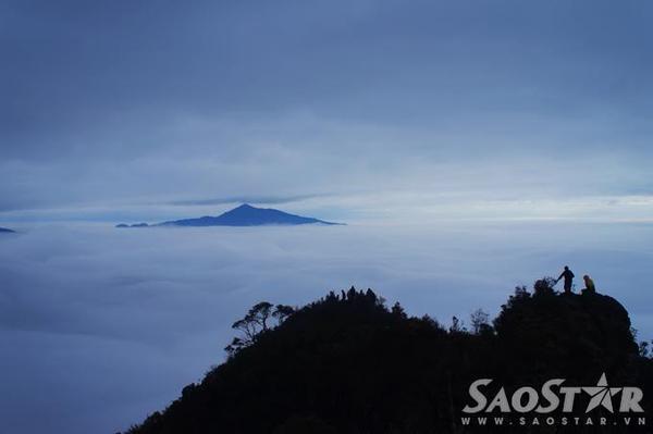 Mốc 2800m, nơi được coi là thiên đường mây của cả dẫy Bạch Mộc Lương Tử, cũng là nơi tạo nên thương hiệu mây cho ngọn núi cao thứ 4 Việt Nam này. Từ lán cắm trại qua đêm 2100m bạn sẽ phải mất chừng 2h leo không ngưng nghỉ để có thể đuổi bắt bình minh trên mây nơi đây.
