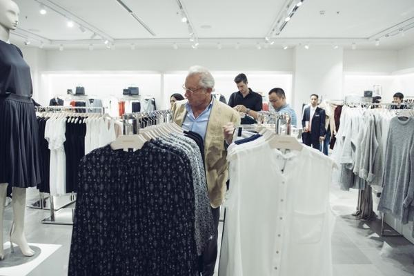 Ngài Isak tham quan cửa hàng Mango Mega Store Vincom Royal City.