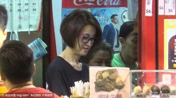 Những ngày gần đây, các phóng viên bắt gặp Hoa hậu Hong Kong 1994 Đàm Tiểu Hoàn mở cửa hàng bán đồ ăn trên phố. Cô từng bán cá viên và giờ thêm vài món đồ ăn vặt.