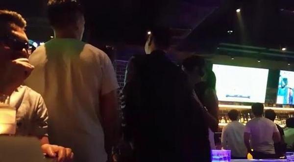 Chồng chưa cưới Hồ Hạnh Nhi vui vẻ với gái ở bar.
