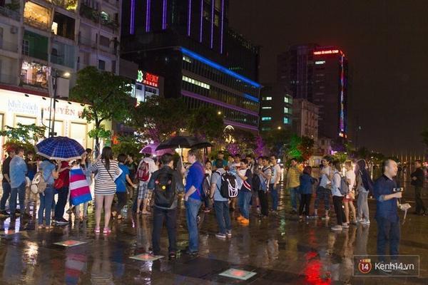 """Cơn mưa Sài Gòn không cản được các bạn trẻ ra đường kỷ niệm """"Ngày lịch sử 24/11"""" với cộng đồng người chuyển giới Việt Nam."""