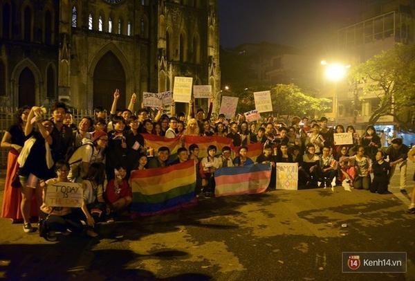 Đoàn diễu hành cầu vồng đi qua các con phố cổ và dừng chân chụp ảnh chung tại Nhà thờ lớn.