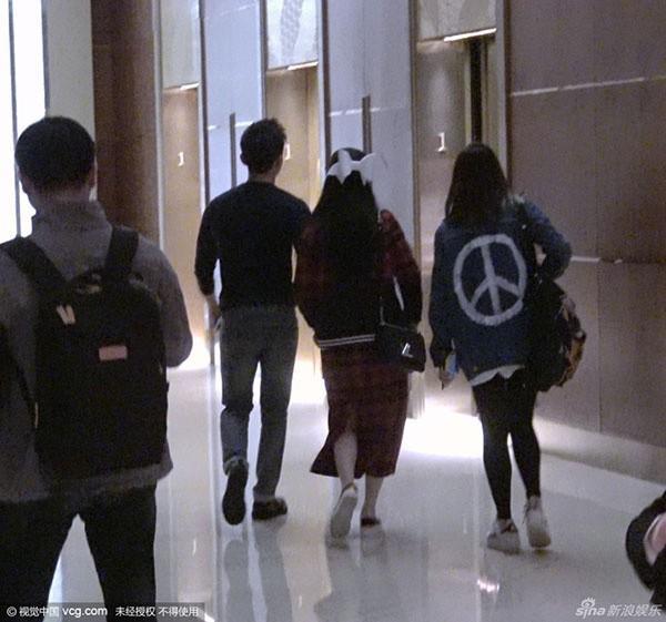 Hai người dắt tay nhau vào khách sạn.