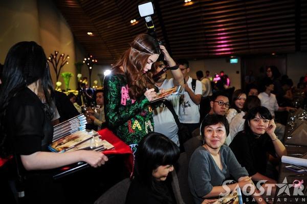 Nữ ca sĩ dành thời gian kí tặng album mới cho các khách mời.