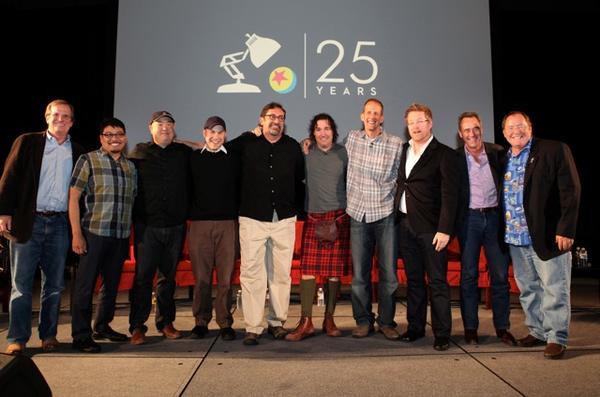 Peter Sohn (thứ ba từ trái sang) và Pete Docter (thứ tư từ phải sang) trong đội ngũ sản xuất của Pixar