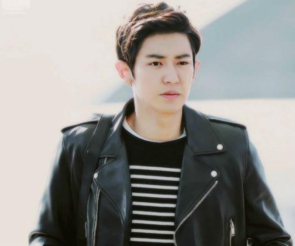 Ngày 2.11 năm nay, thành viên Chan Yeol bị fan cuồng ép sát khi đeo bám anh từ sân bay về khách sạn. Khi đó có khoảng 20 chiếc xe đuổi theo ô tô chở Chan Yeol, nhiều lần cố tình muốn ngăn xe của nam ca sỹ lại làm tắc nghẽn giao thông, khiến tai nạn suýt xảy ra ở đường cao tốc.