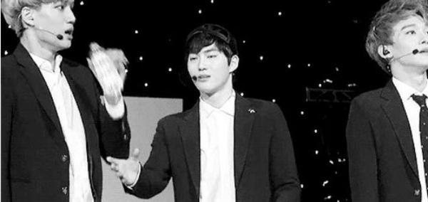 """Còn Lu Han muốn uống nước nhưng bị """"cướp"""" bởi thành viên khác trong nhóm."""