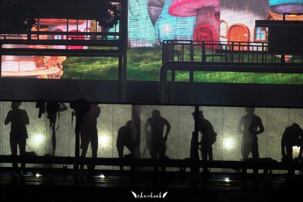 """Màn che sân khấu bị rơi xuống bất ngờ trong show diễn tại Macau ngày 21.11 mới đây khiến các chàng trai EXO bị """"tẽn tò"""" vì lộ cảnh đang thay đồ. Các fan nữ la hét vì lần đầu tiên chứng kiến cảnh """"có một không hai"""" này khiến các chàng trai lúng túng trên sân khấu. Thành viên Baek Hyun khi đó phải đứng ra phía trước hát để đánh lạc sự chú ý của fan."""