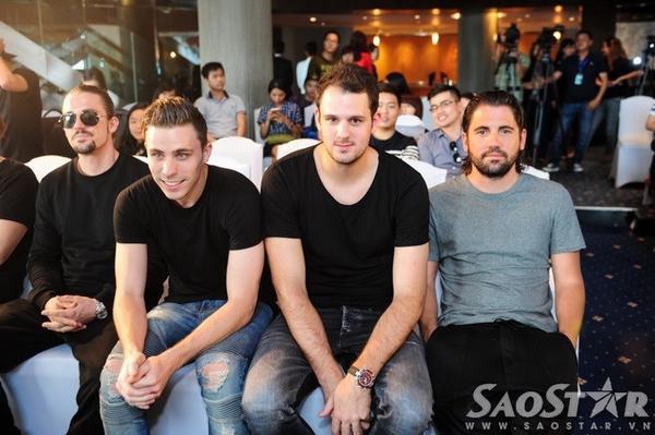 4 DJ hàng đầu thế giới chụp ảnh lưu niệm cùng nhau.
