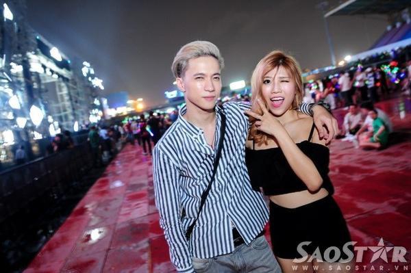 Thành viên S.T (nhóm 365) và ca sĩ Trang Pháp hào hứng đến dự show EDM đẳng cấp. Cả hai ăn vận khá đơn giản, thoải mái.