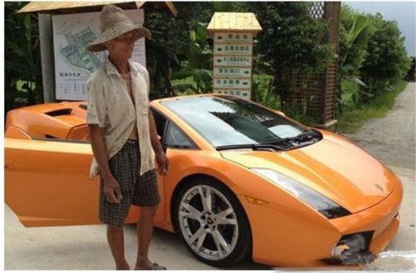 Những bức ảnh cho thấy, một người nông dân trong trang phục lôi thôi đang đứng bên cạnh con trâu và chiếc siêu xe lamborghini tiền tỷ.