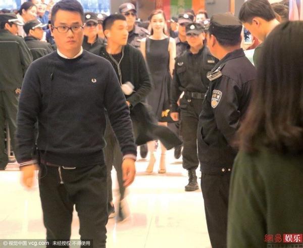 Khi cô xuất hiện, thêm khoảng 10 nhân viên an ninh được yêu cầu di chuyển phía trước để bảo vệ.