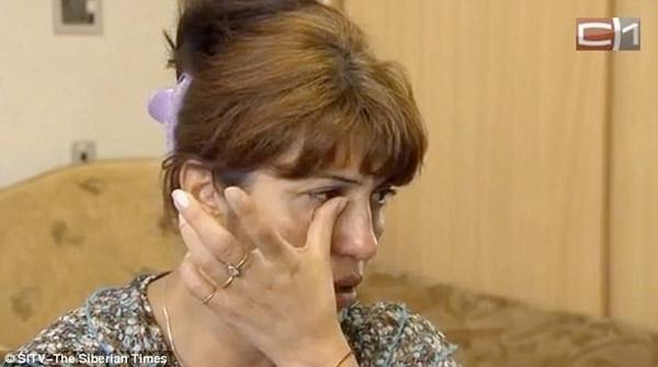 Bà Shakhla Bochkaryova, mẹ của Fatima, khóc khi nói về đứa con xinh xắn nhưng tàn ác. Ảnh: The Siberian Times.