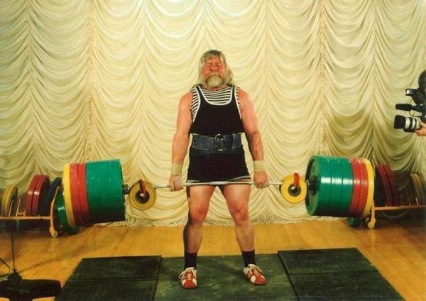 Chắc  nhiều chàng trai cũng phải ái ngại không biết mình có nhấc nổi mức tạ nặng như cụ ông Valentin Dikul 52 tuổi này.