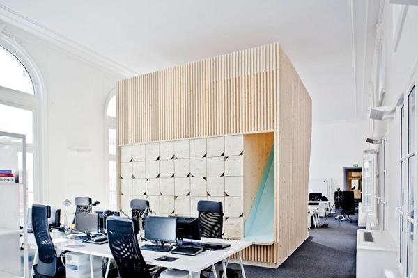 Phía sau phòng họp tại EKIMETRICS lại là một dàn máy tính hiện đại và bàn làm việc tinh giản, đối lập hẳn với vẻ ngoài cung điện của không gian phía trước.