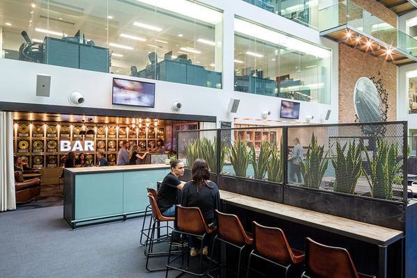 Ngay giữa văn phòng của Warner Music UK là quán bar nơi tụ tập xả stress của các nhân viên với dàn loa hiện đại chuyên nghiệp.
