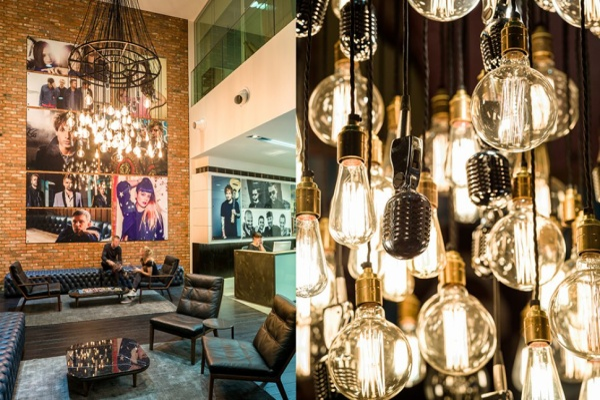 WARNER MUSIC UK mới xây trụ sở mới tại London năm 2015 theo phong cách Rock n' Roll với bóng đèn tròn thả ánh vàng ấm áp, sàn gỗ, khung cửa đen xen lẫn màu xanh lá chạy dọc khắp hành lang... Ngoài ra còn có ghế da và dàn âm thanh cổ mang đậm hơi hướng vintage khiến nhân viên cảm thấy nhẹ nhõm và thoải mái để làm việc.