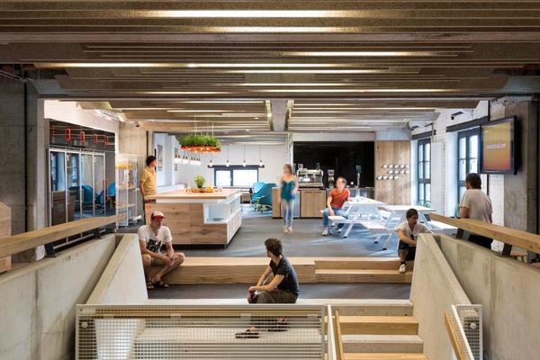 Đơn giản và yên bình là nét chủ đạo trong trụ sở của Sound Cloud tại Berlin. Mọi thiết kế từ phòng họp, khu canteen hay góc thư giãn đều được tối giản hóa mà vẫn ấm cúng. Nét thô cứng có thể dễ nhận thấy do ảnh hưởng tính cách của người Đức nhưng không gian thoáng rộng và tiện nghi vẫn tạo cảm giác thoải mái, tự nhiên cho nhân viên. Toàn bộ đồ gỗ được sử dụng trong văn phòng đều có nguồn gốc thân thiện với môi trường.