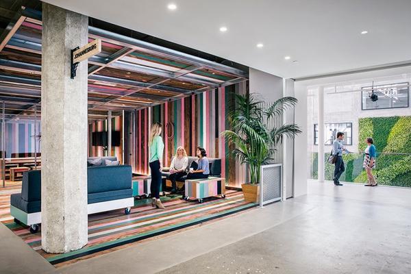 Trụ sở của AirBnb tại San Francisco, với tổng diện tích 107.000 m2. Từ phòng họp đến góc cà phê đều trang trí theo chủ đề là nét đặc sắc văn hóa của tất cả những quốc gia có văn phòng của AirBnb, ví dụ như khu dân cư nhiều màu sắc ở Johannesburg là ý tưởng thiết kế phòng họp này. Nhân viên sẽ có cảm giác như được trải nghiệm trong không gian tại chính những nơi mà có lẽ họ sẽ mất cả đời mới đi hết.