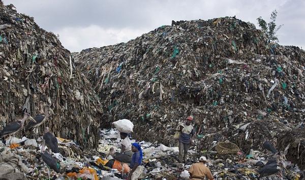 Người dân nhặt rác trong khu phế liệu tại thành phố Nairobi, Kenya. Giáo hoàng Francis đã có chuyến viếng thăm nước Châu Phi này với thông điệp cải tạo môi trường sống và an ninh xã hội tại đây.