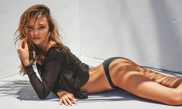 Siêu mẫu Miranda Kerr luôn thực hiện việc chải khô cho da mỗi ngày