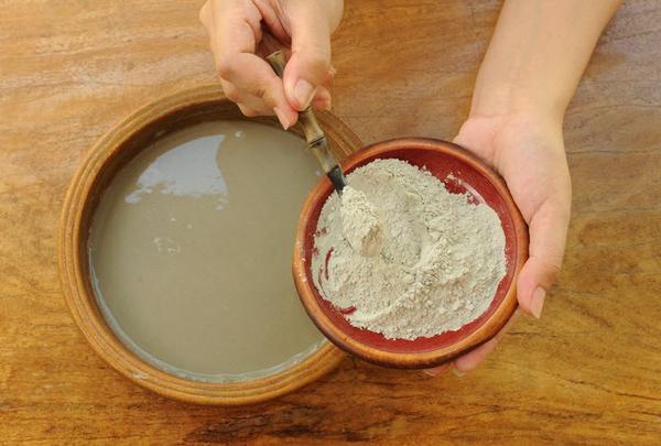 Trộn bột đất sét với nước để tạo thành hỗn hợp sệt