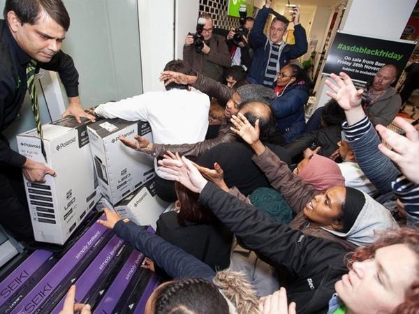 Không khí mua sắm sôi động trong dịp Black Friday tại Mỹ năm 2014. Ảnh: ABCNews.