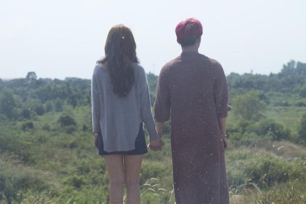 Một số cảnh tình cảm trong MV 2