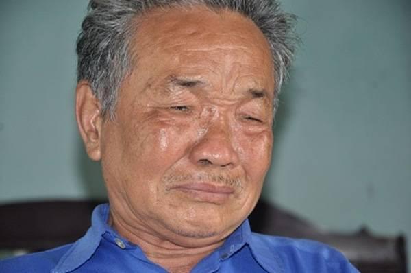 Ông Nhiễm bật khóc khi kể chuyện gia đình mình.