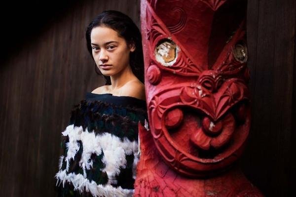 """""""Có thể trong 50 năm nữa, mọi phụ nữ trên thế giới sẽ ăn mặc giống nhau. Tôi hy vọng dự án này sẽ là nhân chứng sống ghi lại văn hóa và truyền thống đa sắc tộc hiện nay"""", nữ nhiếp ảnh gia chia sẻ. Trong ảnh là cô gái của bộ tộc Māori, New Zealand."""